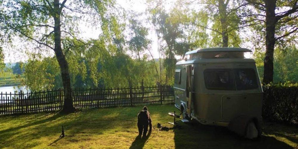 Camping l'Air du Lac caravane et chien sur Emplacement Privilège